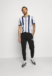 Kings Will Dream - VEDTON STRIPE TEE - T-shirt imprimé - black iris/white - 1