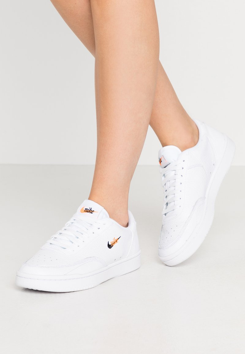 Nike Sportswear - COURT VINTAGE PRM - Sneakers basse - white/black/total orange