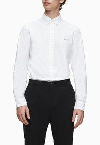 Calvin Klein - SLIM OXFORD - Formal shirt - calvin white - 0