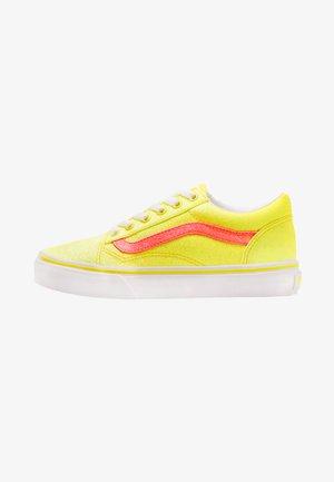 OLD SKOOL - Sneaker low - neon glitter yellow/true white