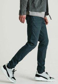 CHASIN' - ROSS JUPITER - Slim fit jeans - dark blue - 2