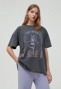 PULL&BEAR - MIT YOGA-SKELETT - Print T-shirt - grey - 0