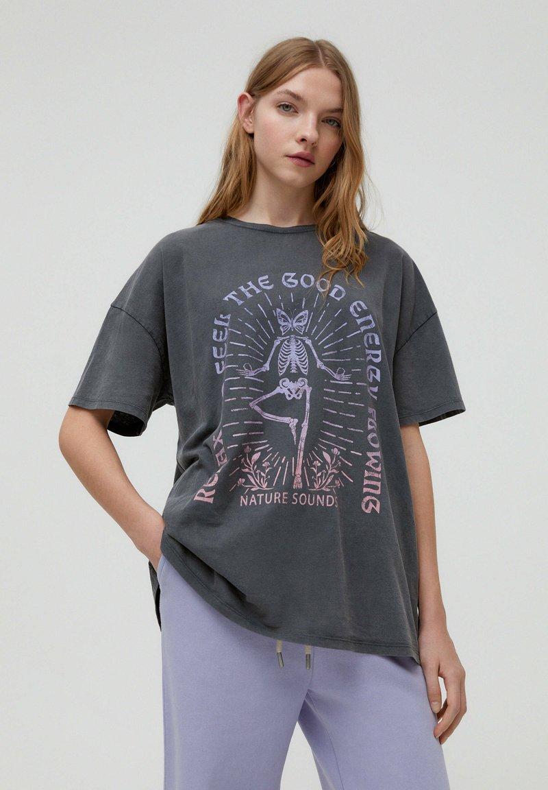 PULL&BEAR - MIT YOGA-SKELETT - Print T-shirt - grey