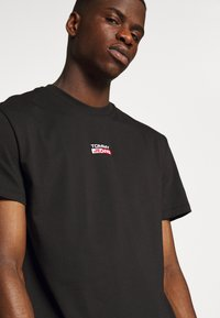 Tommy Jeans - SMALL CENTERED LOGO TEE - Print T-shirt - black - 4