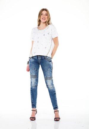 MIT MODISCHEN GLITZER-ELEMENTEN - Print T-shirt - white