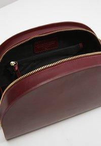 Royal RepubliQ - GALAX CURVE  - Across body bag - bordeaux - 4