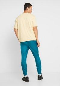 Nike Sportswear - PANT PATCH - Träningsbyxor - geode teal - 2
