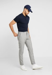 Selected Homme - SLHSLIM MATHREP CHECK PANTS - Trousers - white/black - 1