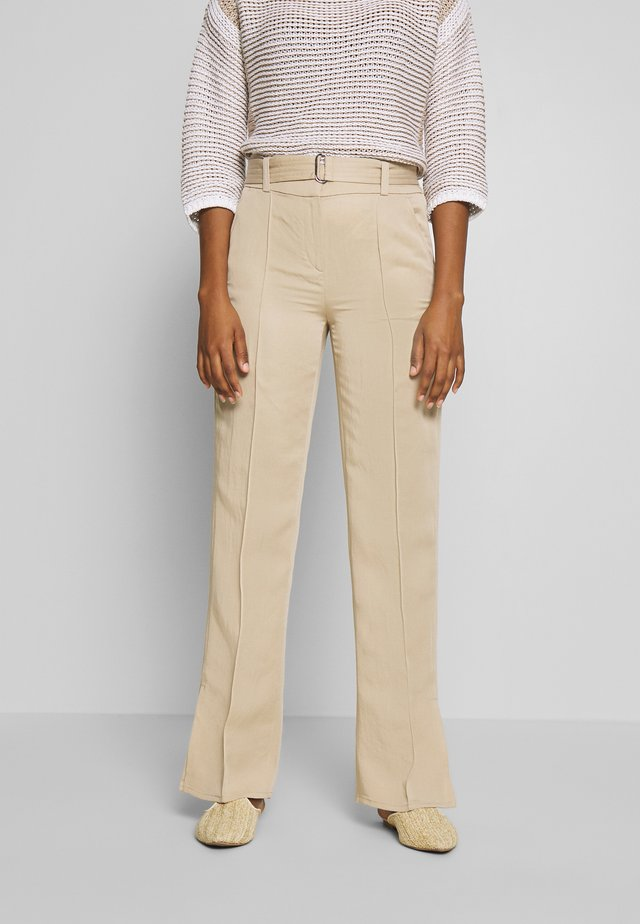 PANTS STRAIGHT FIT WITH SLIT D-RING BELT - Pantalon classique - warm sand