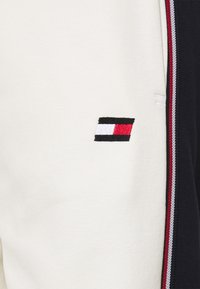 Tommy Hilfiger - COLORBLOCKED CUFFED PANT - Tracksuit bottoms - ivory - 2
