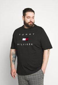 Tommy Hilfiger - FLAG TEE - Print T-shirt - black - 0