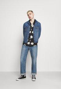 Mennace - DAISY PRINT REVERE SHIRT - Shirt - black - 1