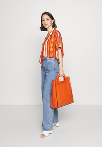 Abrand Jeans - CROPPED HAWAIIAN - Button-down blouse - bombay red - 1