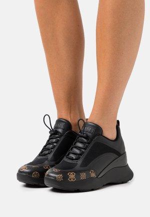 EMERIE - Baskets basses - black/brown