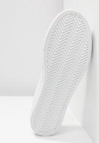 Vero Moda - VMSIMONE - Sneakers laag - snow white - 6
