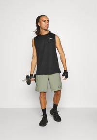 Nike Performance - FLEX VENT MAX SHORT - Pantaloncini sportivi - light army/black - 1
