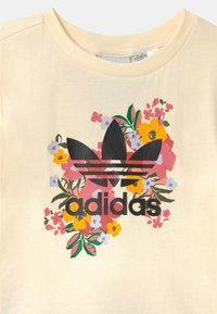 adidas Originals - FLORAL SET - Triko spotiskem - cream white/black/trace pink/hazy rose - 3