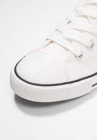 New Look - MARKED TOE CAP TOP UP - Trainers - white - 2