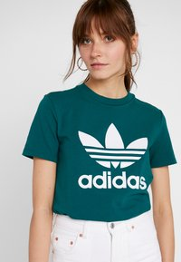 adidas Originals - ADICOLOR TREFOIL GRAPHIC TEE - Print T-shirt - noble green - 4