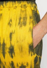 Missguided - TIE DYE JOGGER - Pantalones deportivos - brown - 5
