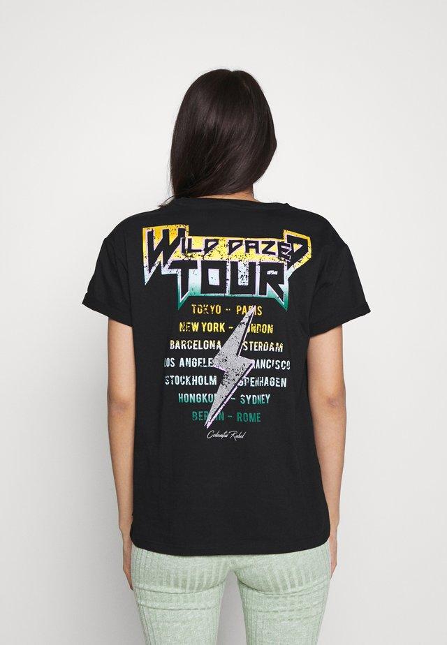 WILD DAZED TOUR BOXY TEE  - Print T-shirt - black