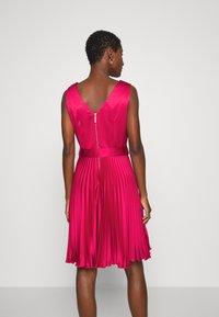 Closet - CLOSET V NECK PLEATED DRESS - Cocktail dress / Party dress - burgundy - 2