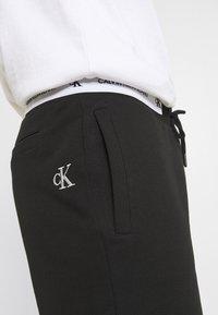 Calvin Klein Jeans - TAPE - Shorts - black - 3