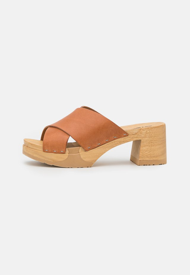 HOLLY - Clogs - cognac