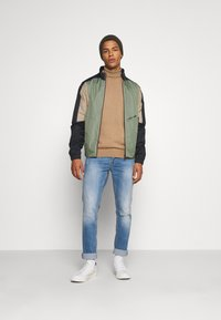 Jack & Jones - JORRODMAN BLOCKED TRACK JACKET - Kevyt takki - sea spray - 1