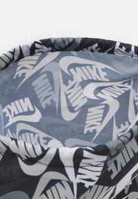 Nike Sportswear - KIDS GRAPHIC GYM SACK UNISEX - Sportovní taška - black/white - 2