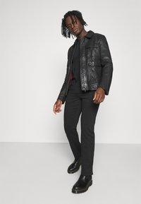 Wrangler - TEXAS - Jeans straight leg - black - 1