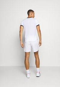 ASICS - TENNIS SHORT - Pantalón corto de deporte - brilliant white/sunrise red - 2