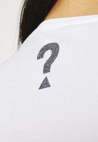 Guess - MIRIANA TEE - Print T-shirt - true white - 4