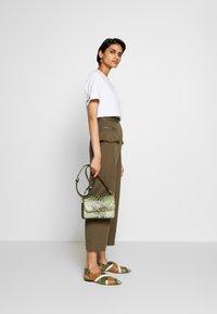 3.1 Phillip Lim - SNAP PANT - Spodnie materiałowe - fir green - 1
