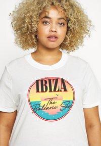 Wrangler Plus - HIGH REGULAR TEE - Print T-shirt - off white - 4