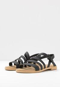 Crocs - TULUM - Pantoffels - black/tan - 4