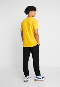 Russell Athletic Eagle R - ICONIC CREW NECK TEE - T-shirt imprimé - yellow - 2