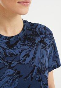 WE Fashion - MET BLOEMENDESSIN - Print T-shirt - blue - 4