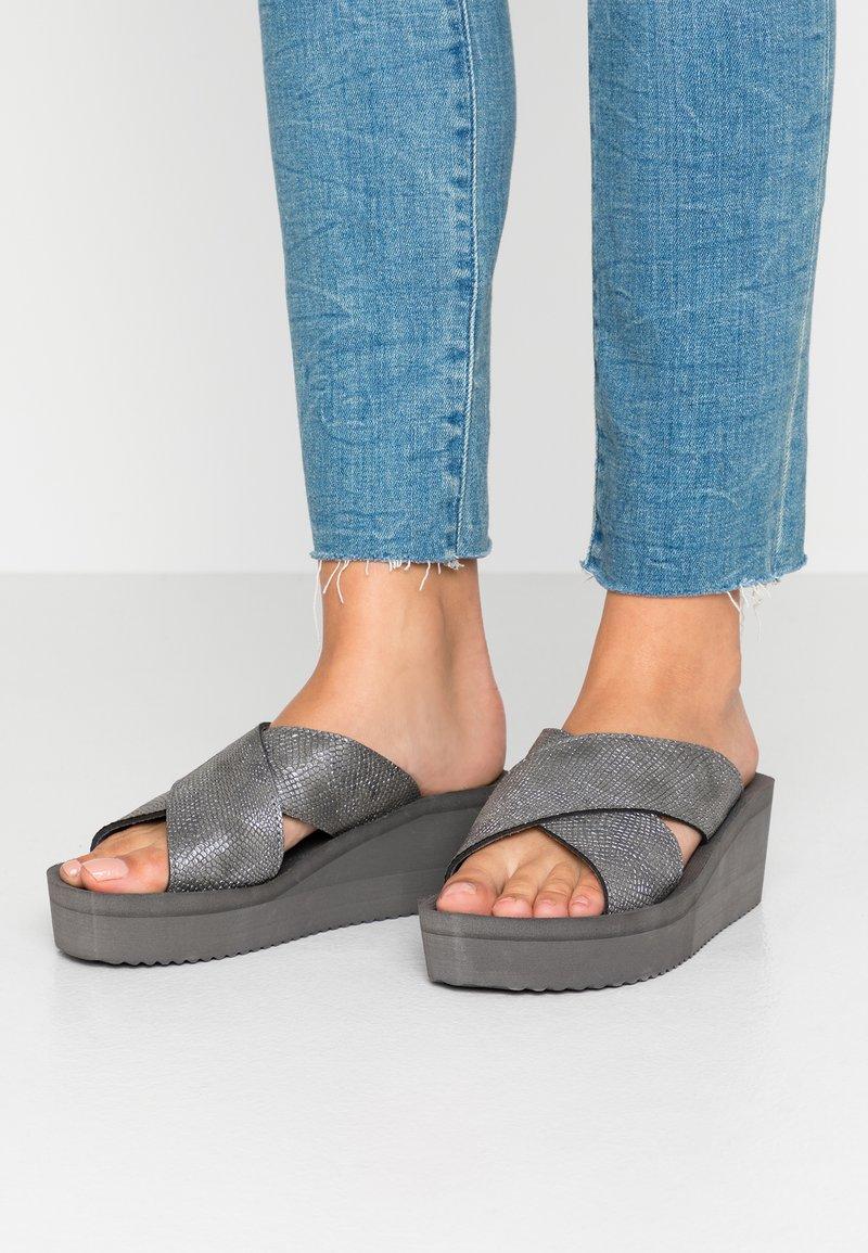 flip*flop - WEDGE CROSS - Heeled mules - steel