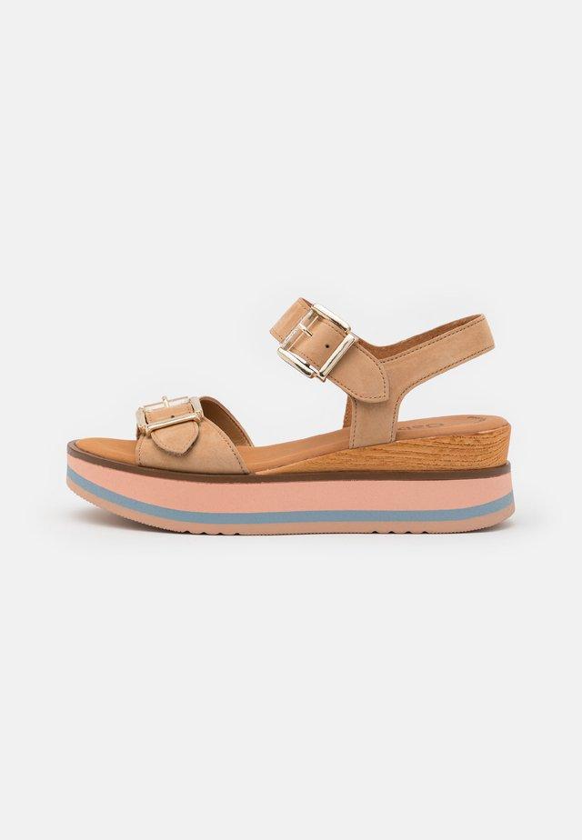 Sandalen met plateauzool - caramel/rose