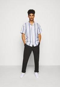 Les Deux - SIMON - Shirt - offwhite / cobalt blue - 1