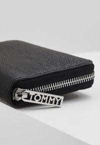 Tommy Hilfiger - CORE MEDIUM - Lommebok - black - 2