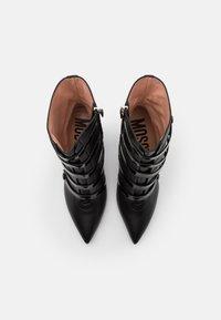 MOSCHINO - Kotníková obuv na vysokém podpatku - nero - 4