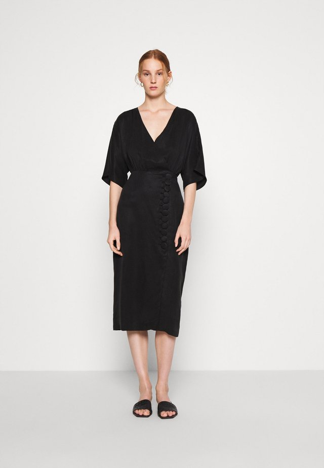 MOVE ON MIDI DRESS - Shift dress - black