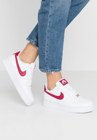 Nike Sportswear - AIR FORCE 1 - Sneakers laag - white/noble red - 0