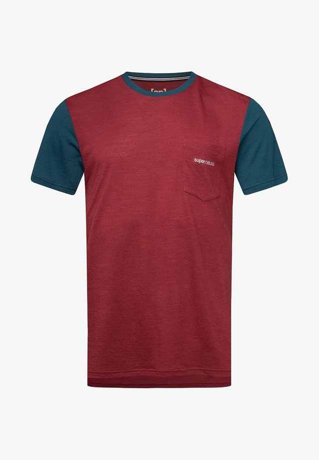 MOVEMENT - Print T-shirt - earth red/blue