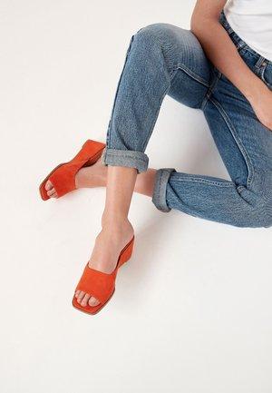 Sandaler m/ kilehæl - orange