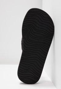 Reef - SANDY - Sandály s odděleným palcem - black - 6
