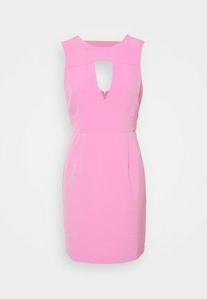 PATTI DRESS - Pouzdrové šaty - rich pink