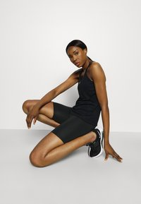Nike Performance - FEMME ONE SHORT  - Tights - black/metallic gold - 1